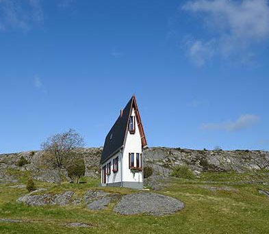 tendance-design-maisons-artistes-narrow-house-erwin-wurm-montagne-une